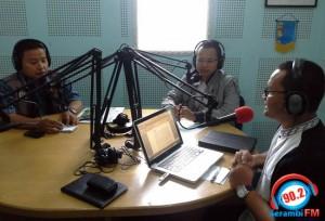 """Fachrizal Imaduddin (tengah), SE Retail Pertamina Aceh, dan Mufti Al-Mahfudz (Kiri), Sekretaris Senkom Mitra Polri Provinsi Aceh, menjadi narasumber dalam acara """"Titik Nol"""" dengan tema bantuan untuk gempa Gayo, yang dipandu host Hendra Syahputra di Radio Serambi FM 90.2 MHz, Kamis (11/7). Program """"Titik Nol"""" mengudara setiap Kamis, pukul 09.00-10 WIB dan mengupas berbagai hal terkait pengurangan resiko bencana.  SERAMBI FM/ACHYAR"""
